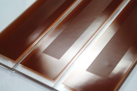 10ミクロンピッチの溝を規則正しく刻んだプラスチック板、同じく30ミクロンのもの、そして10ミクロンと30ミクロンの溝をランダムに刻んだもの。規則正しい板に指先で触っても特に何も感じないが、ランダムな板では強烈な不快感を覚える。
