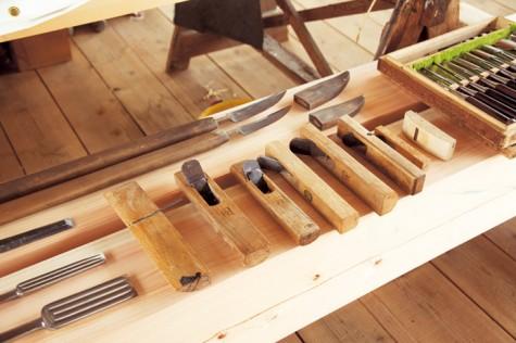 槍鉋(やりがんな)など、伝統的な大工道具。